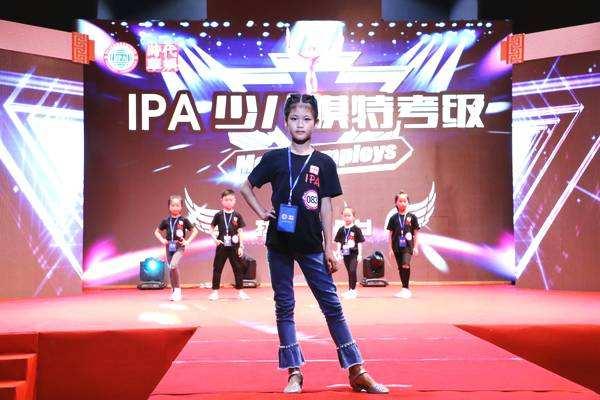 深圳时代华娱时代宝贝的镜头前的自信感
