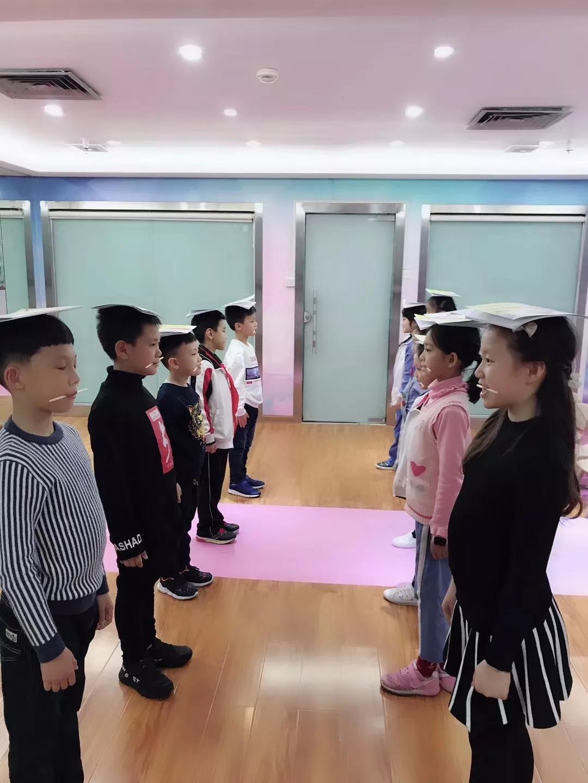 深圳时代华娱模特培训课程修正小朋友的身体姿态