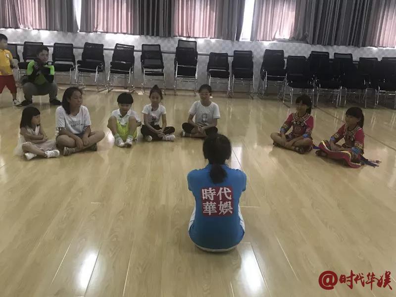 深圳时代华娱的纪老师给小演员们说戏