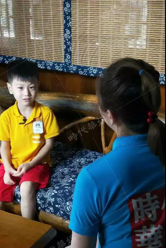 深圳时代华娱爸爸带我去的纪老师和孩子交流