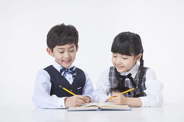 时代华娱对孩子的语言基础,普通话发音、口语表达、朗诵、主持艺术、写作等方面进行专业培训,锻炼孩子的交往能力以及随机应变的能力