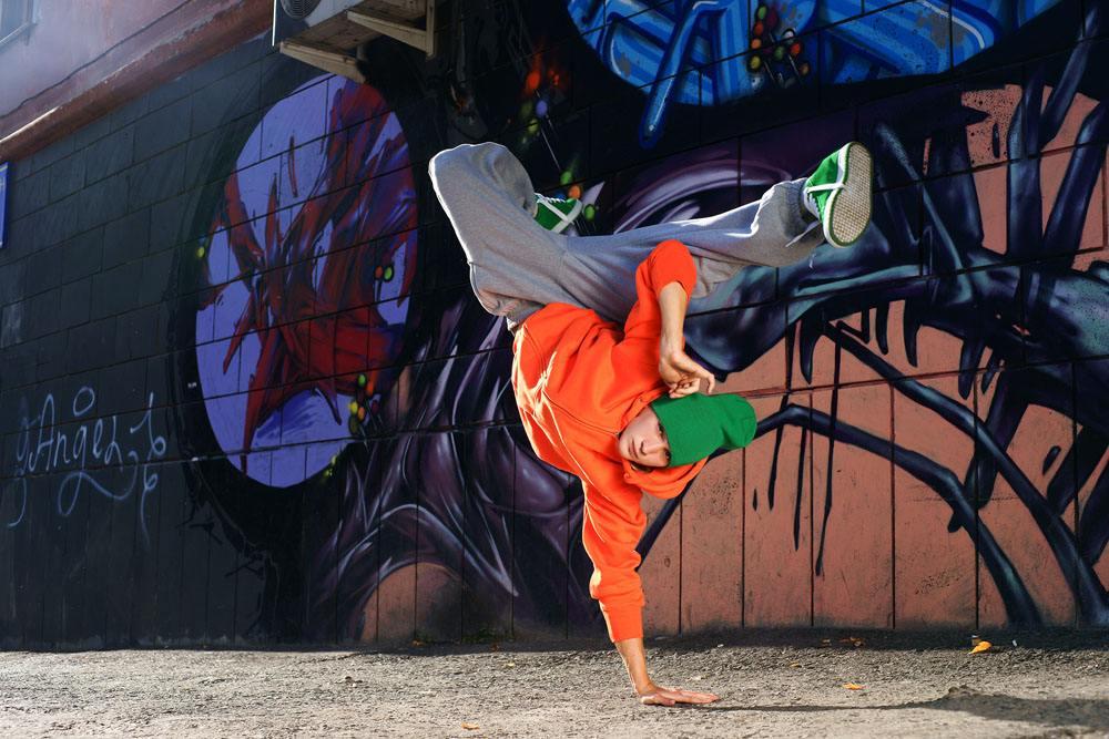 街舞能够在有限的空间里鼓励自由表达,承认个人价值的舞蹈,每个人都能在自己能控制的空间里,最大程度的展现出自己的闪光点和创造力。这是深圳时代华娱少儿街舞老师M先生的对待街舞的热爱