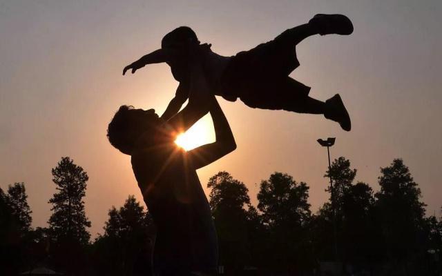今天是父亲节,央视主持人和父亲合照曝光,祝天下的父亲节日快乐!