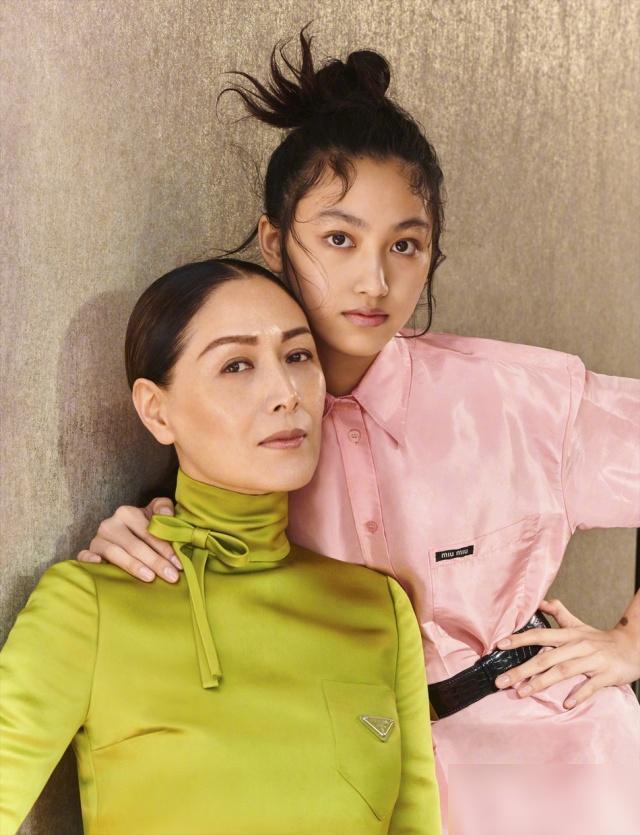 任达华全家人都是模特,妻子带着女儿一起登杂志封面!时代华娱表示这是两姐妹吧?
