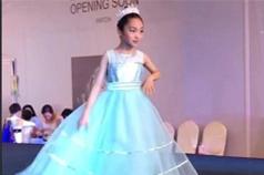 范冰冰9岁堂妹走秀,满脸从容淡定!时代华娱表示模特基本功学习得非常好